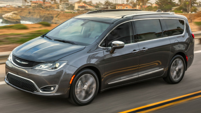 2020-chrysler-pacifica-driving-image